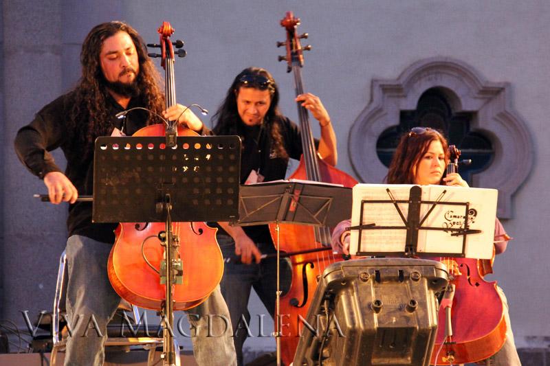 Un concierto en frente del templo durante un festival Kino
