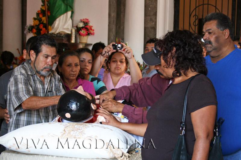 Los fieles se reúnen alrededor de San Francis Xavier